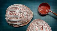 Erste Farbgrundierung: Einfärben der eingeprägten Strukturen in Rot