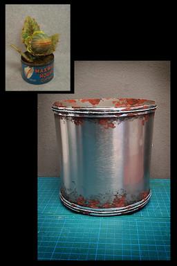"""Umbau eines metallenen Blumentopfes zur """"Kaffeedose"""": Ankleben von Alufolienstreifen an der Ober- und Unterkante; Aufmalen von Rostflecken"""