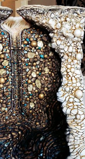 Strukturgebung der einrahmenden Gesteinsebene (Vordergrund) und Bemalung