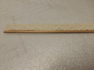 ... im Anschluss werden die Abdrücke zugeschnitten und zu Stuckleisten zusammengefügt. Randkante aus einem dünnn Rundholz.