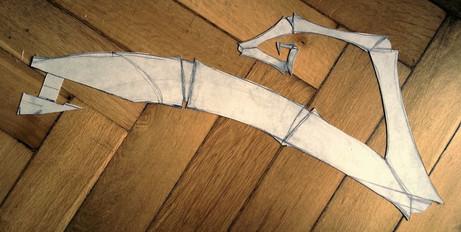 Zeichnen einer Schablone auf Karton für den Schwanz