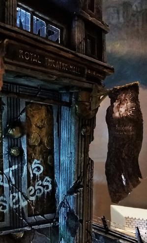 """Anbringen der Beschriftung und alter Veranstaltungsbanner an der """"Royal Theatre Hall"""""""