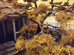 Linker Vordergrund/ Wohnhaus mit Garten: