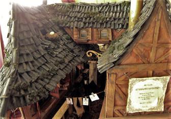 Außerdem werden die Dächer mit Islandmoos bestückt, um ihnen eine alte, verwitterte Optik zu verleihen.