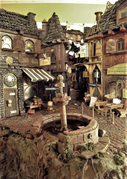 Im Zentrum des Marktplatzes entsteht ein kleiner angeschnittener Brunnen.