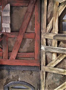 Das Fachwerk wird dabei aus Funierholz geschnitten, bemalt und auf die Fassadenfronten geklebt.