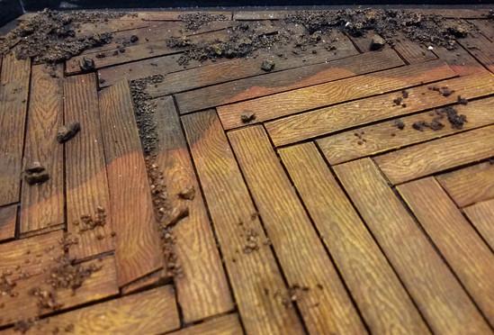 Verleimen von Sand auf dem Untergrund zur Steigerung der verwahrlosten Optik