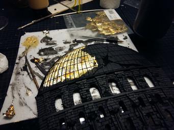 Aufleimen von Blattgold an den Sellen der späteren Lichtreflexionen auf dem Dach