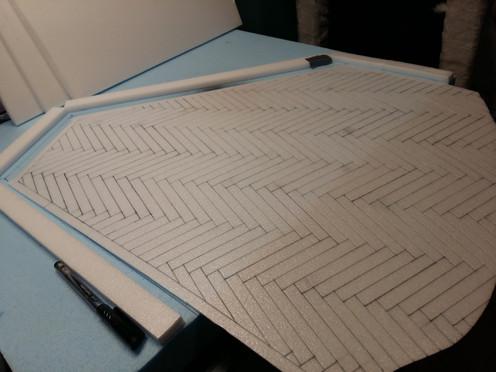 Zuschnitt einer passgenauen Bodenplatte aus einer 3mm-Styrodurplatte; Aufzeichnen und Einprägen eines Parkettmusters