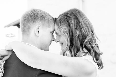 sich umarmendes brautpaar bei der Hochzeit
