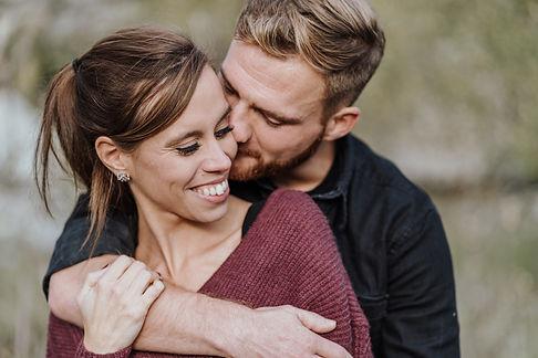 Couple Paar umarmt sich lachend