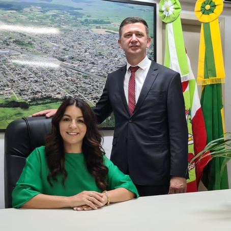 Gislaine e Jeriel são  empossados como prefeita e vice prefeito de Sombrio