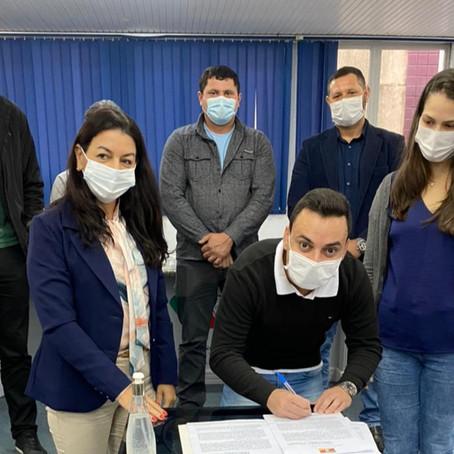 Vereadores prestigiam assinatura de convênio entre Prefeitura e Entidades