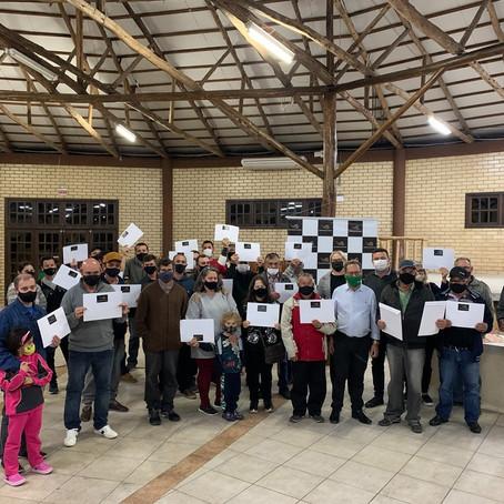 Famílias de Maracajá recebem escrituras do Programa Lar Legal