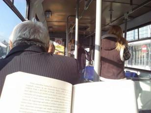 Na Romênia, projeto isenta leitores de pagar tarifa no transporte público