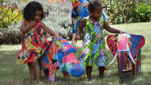 Chinelos velhos viram brinquedos na África