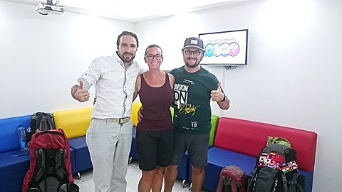 backpackers learing spanish in colombia