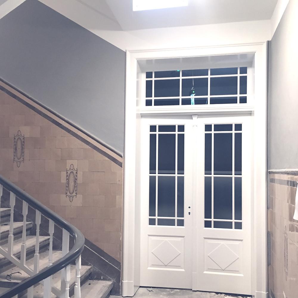 Holztür mit Glasausschnitten