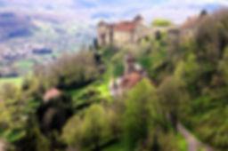 Belvoir, petite cité de caractère à cinq minutes, le château et le village médiéval.