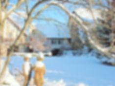 La maison et le parc en hiver.