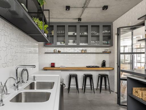 Apartamento de 165m² tem marcenaria exclusiva para atender as necessidades dos clientes.