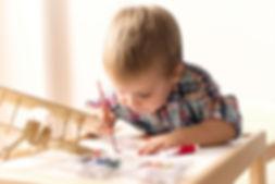 enfant qui peint