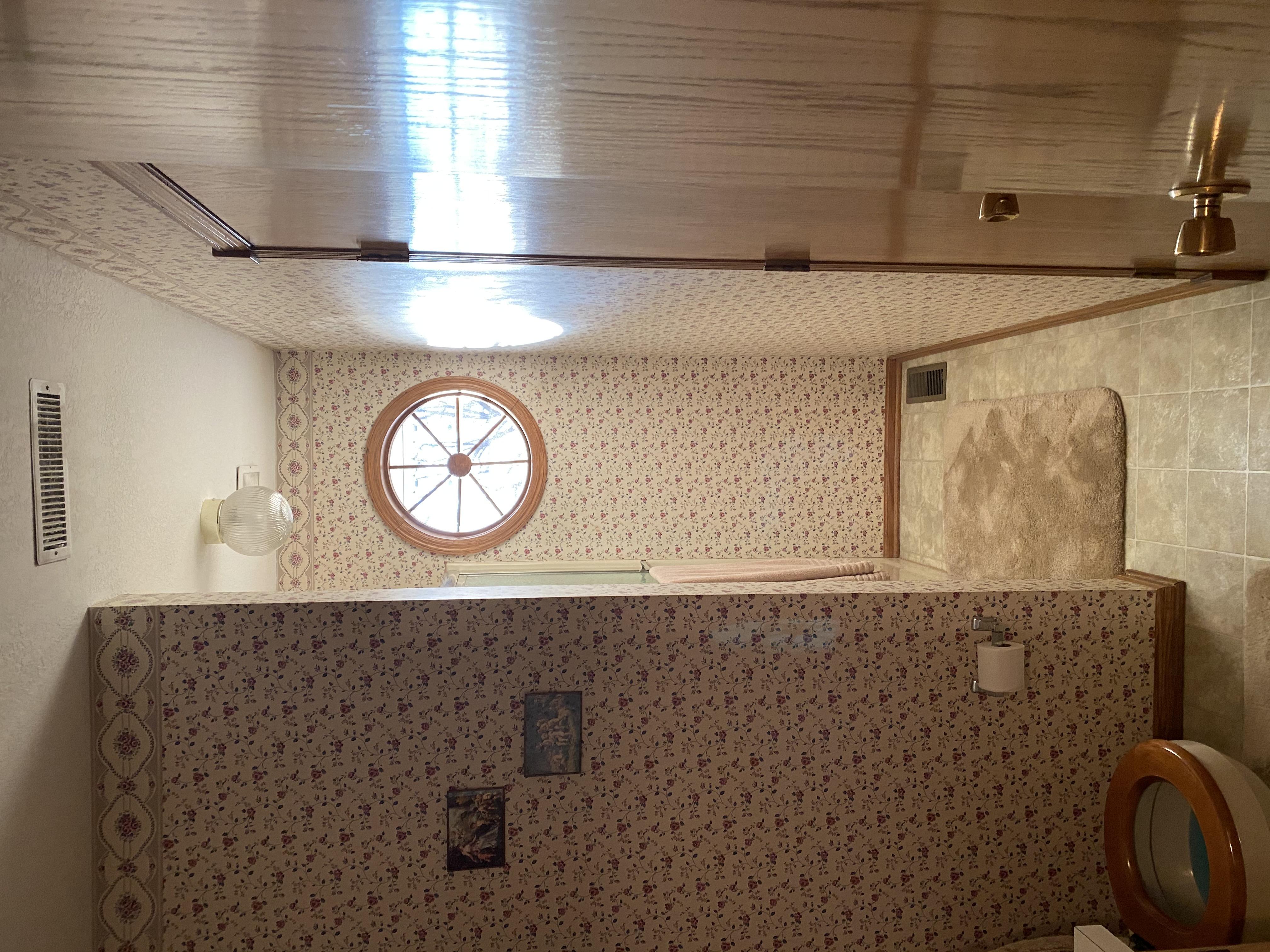 2058 HIllside Ave Mondamin bathroom4