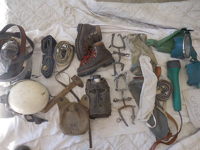 42 Chaussures, crampons, casque, marteau
