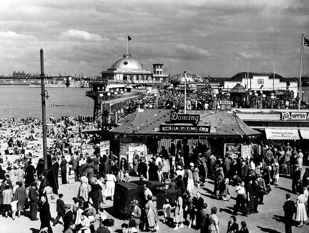 New Brighton Pier does a roaring trade on 8th August 1950.jpg