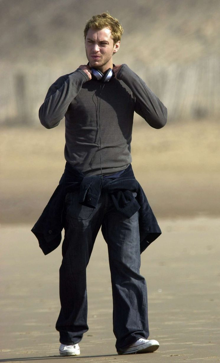 Actor Jude Law on Formby Beach listening to his ipod Mp3 player during the filming of Alfie in September 2003.jpg