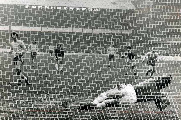 Andy Rankin saves Peter Osgood penalty v Chelsea 1971.jpg