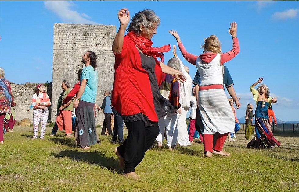Ressoucement à Vallisis Quillan stages Languedoc-Roussillon sources sérénité nature pure vacances harmonie danse location dôme géodésique