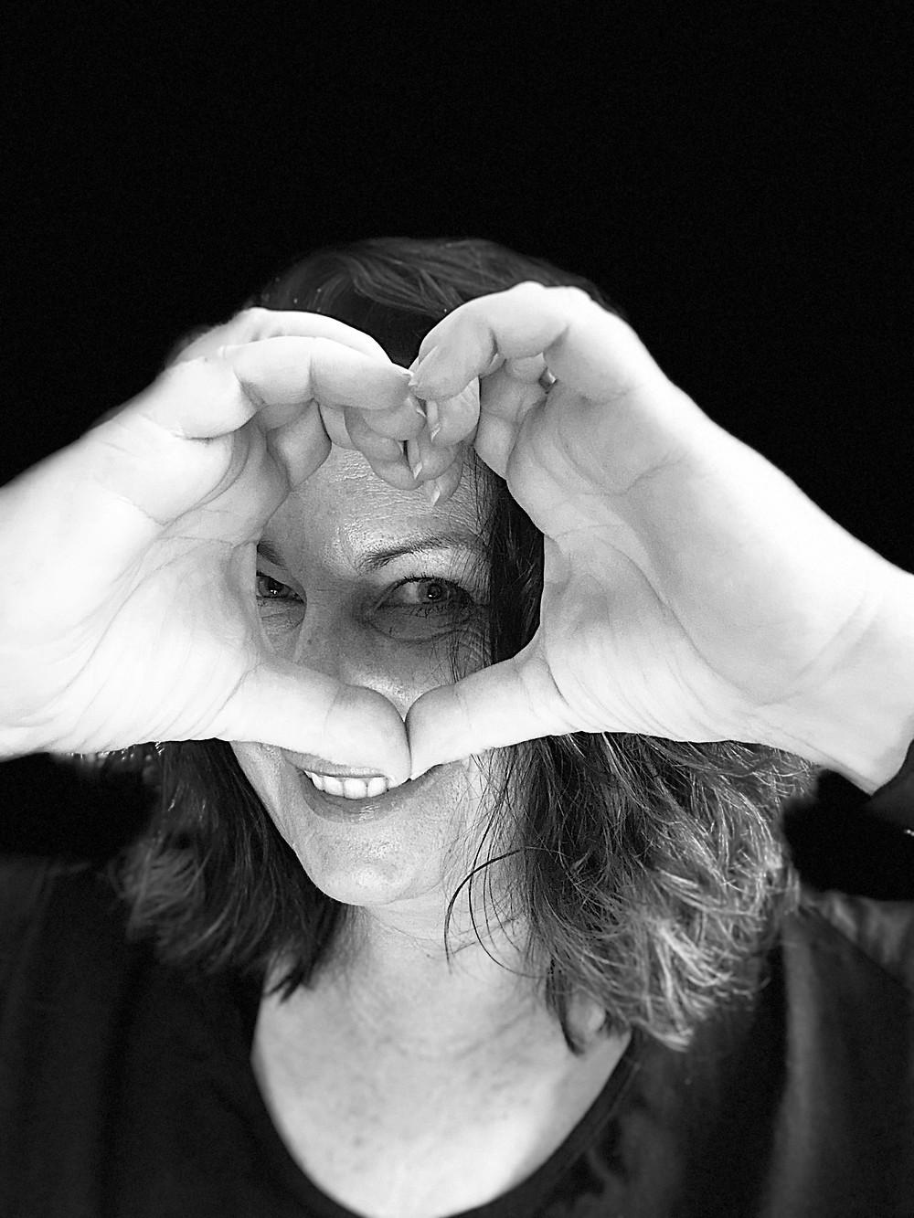 Herz aus Händen - lächelnde Christine