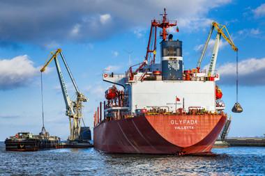 Industrial - transporte marítimo - descarga de navio em pleno rio Tejo