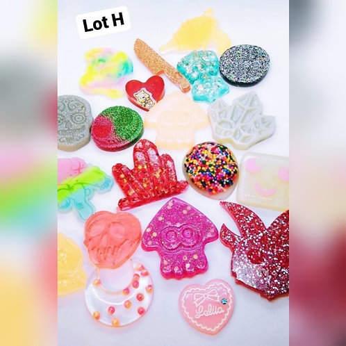 20 Piece Resin Shapes - Lot H