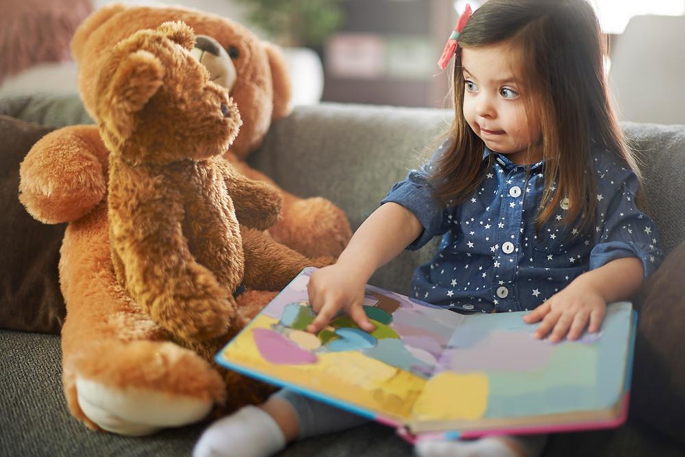 Meisje vertelt haar verhaal, haar story, aan haar teddybeer
