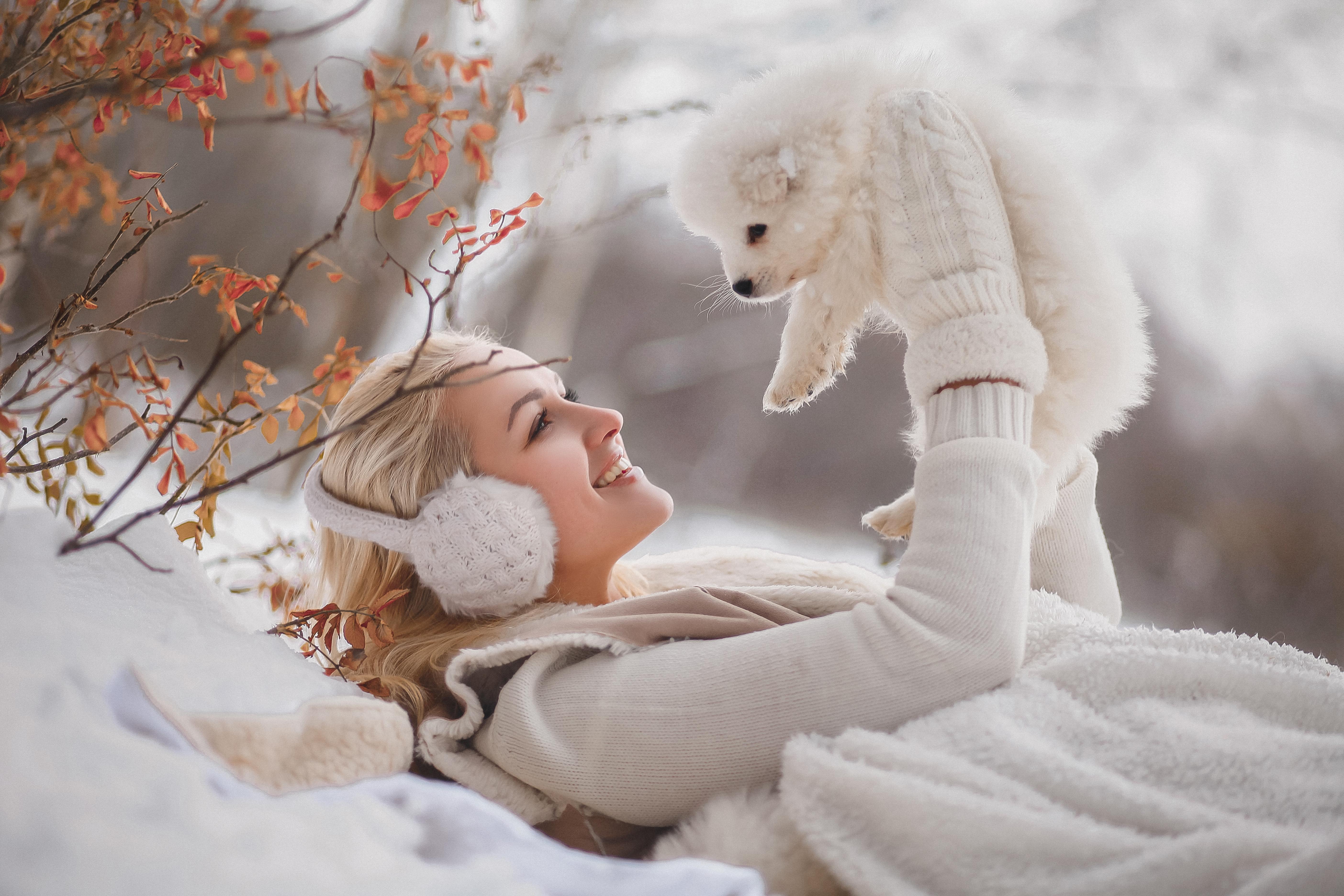 зимний портрет девушки с щенками хаски