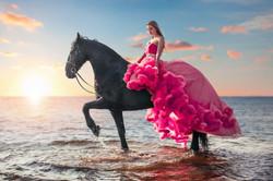 Девушка на лошади в воде