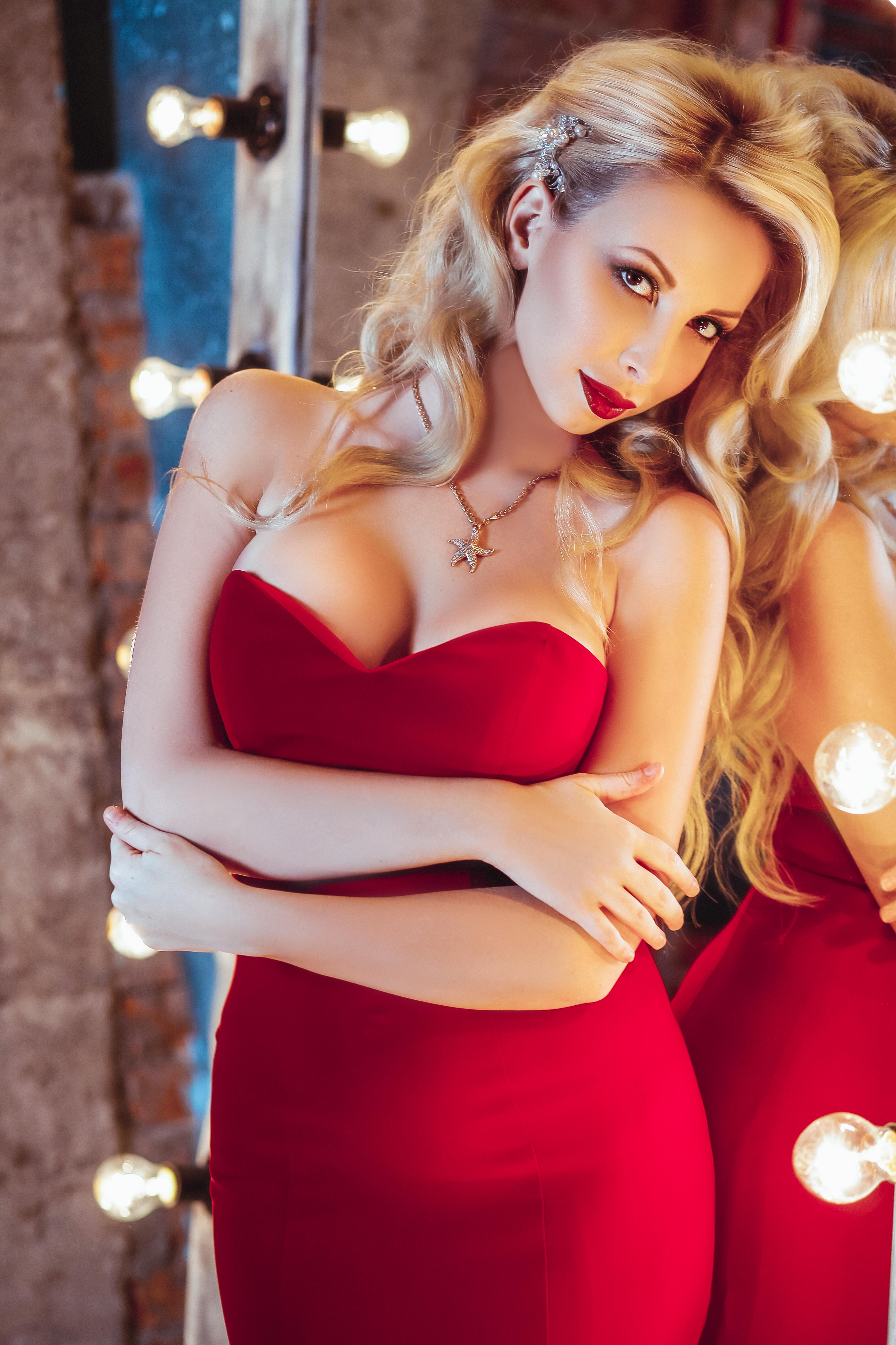 утонченная блондинка в красном длинном платье