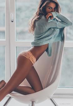 девушка на стуле