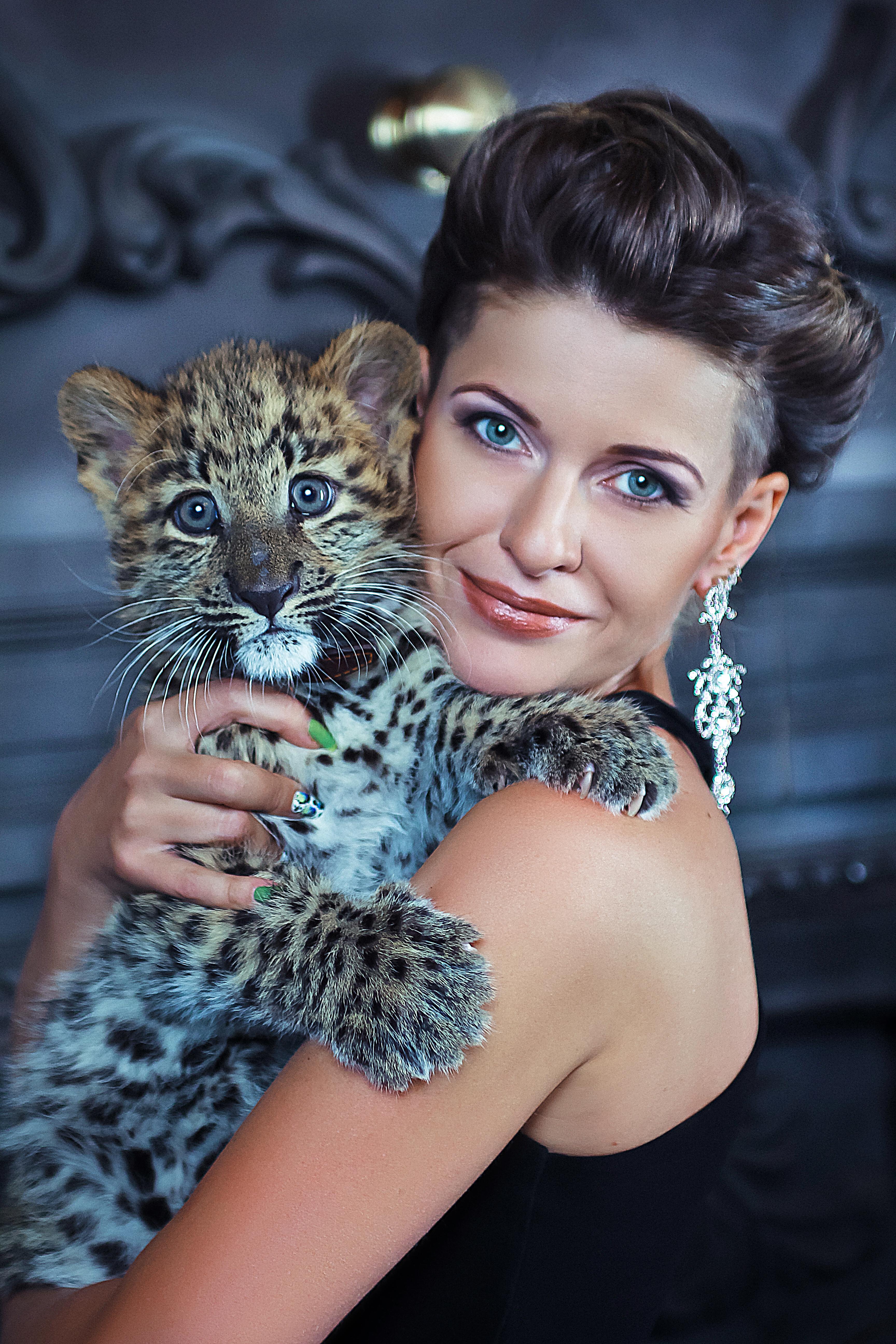 Маленький леопард на фотосессии