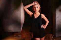 нежная девушка у камина в ночной сорочке