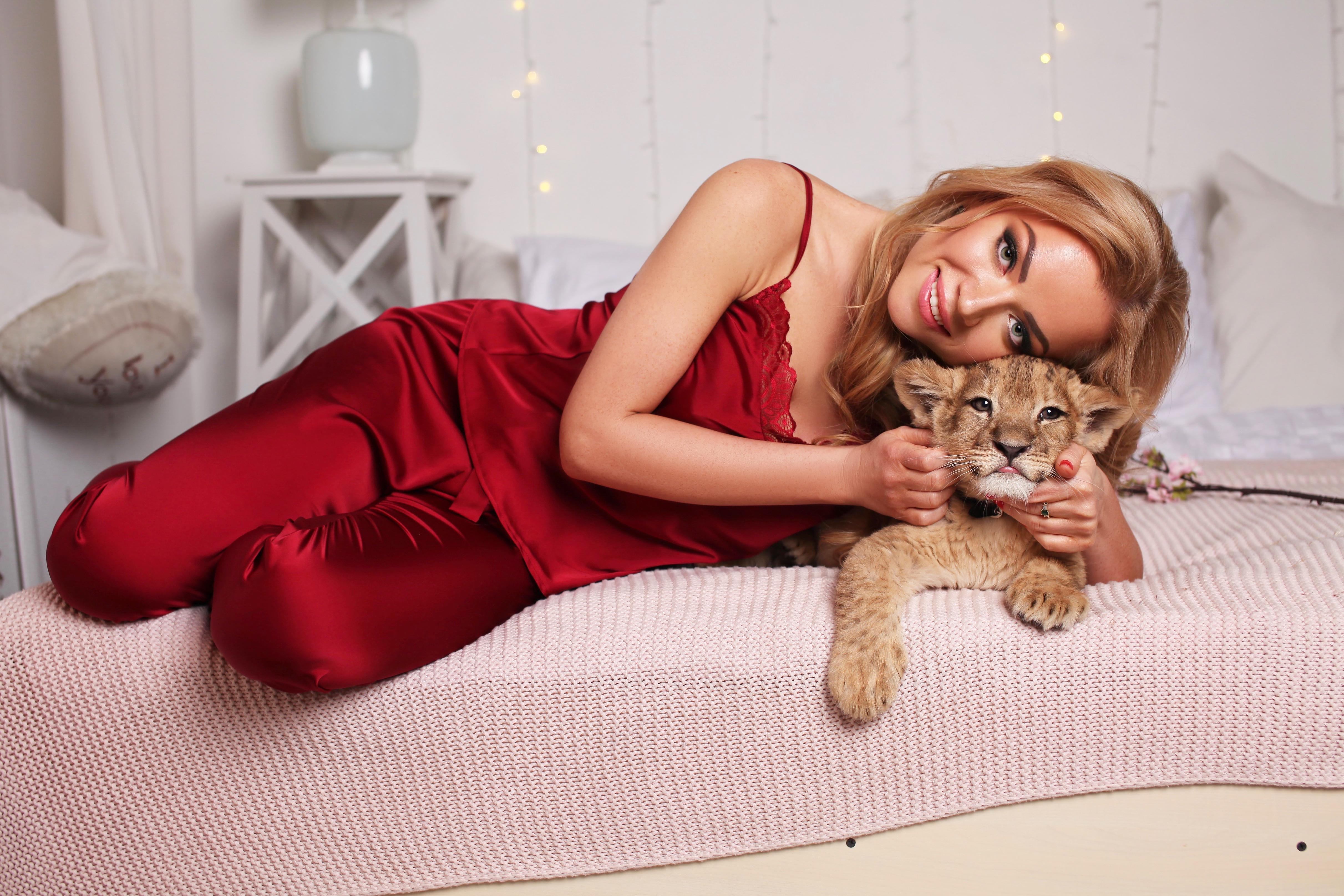 Девушка в красной пижаме со львёнком