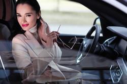 эффектная девушка в салоне авто