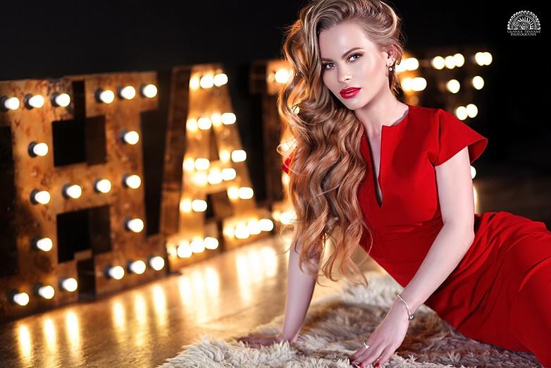 блондинка на фоне огней