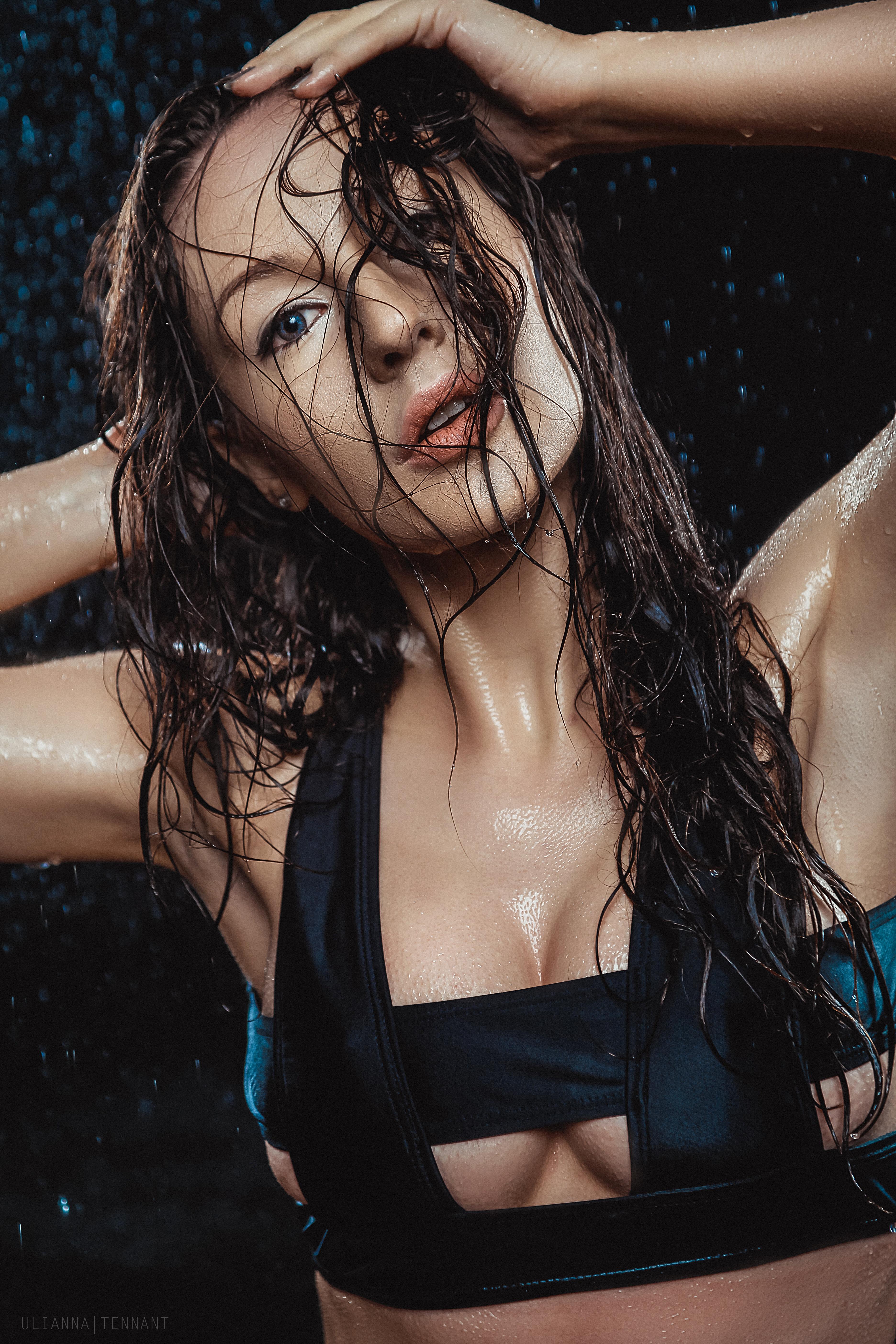 портрет девушки в воде с мокрыми волосами