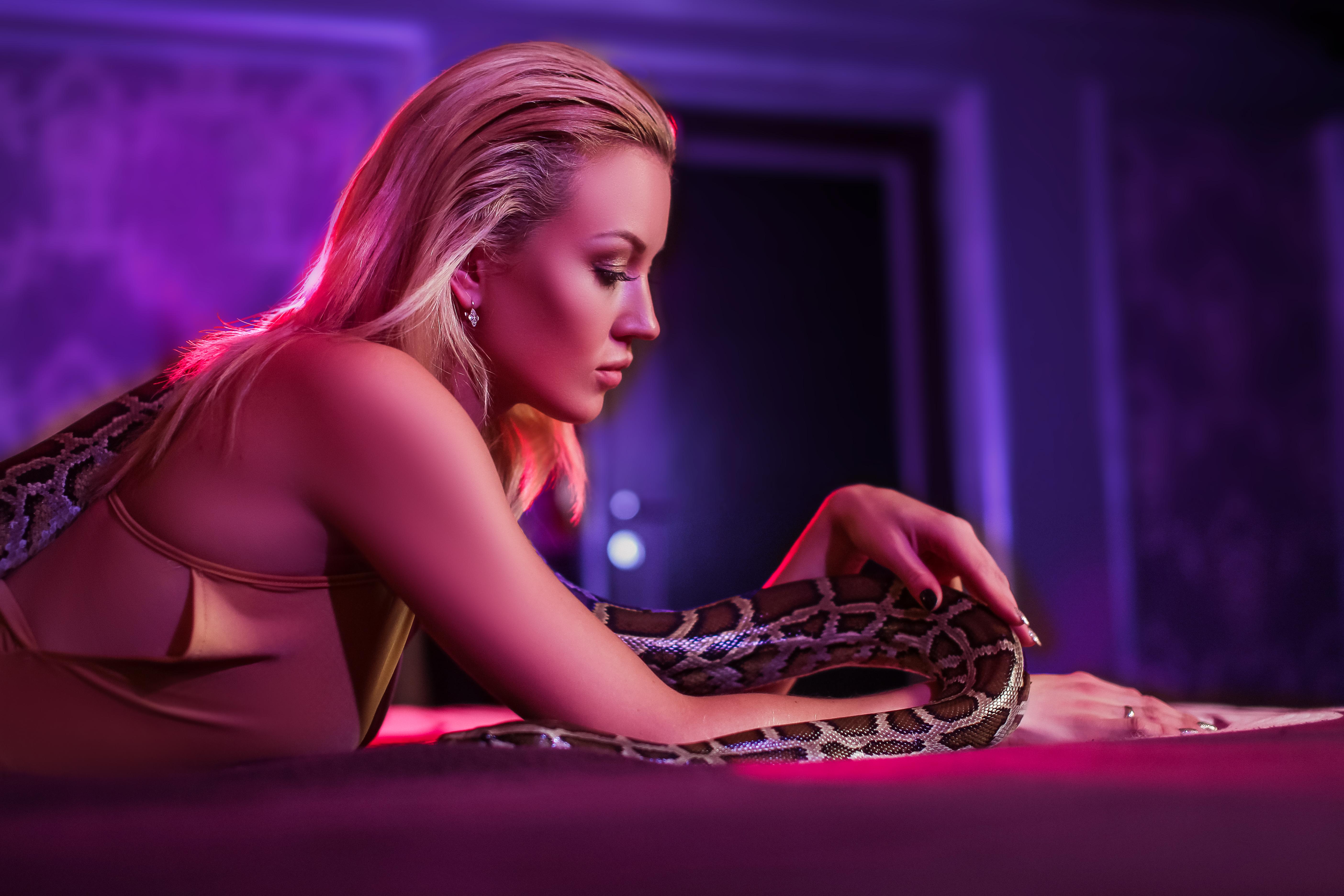блондинка со змеей в фиолетовом цвете
