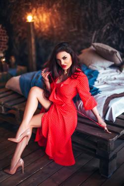 красивая брюнетка в красном платье