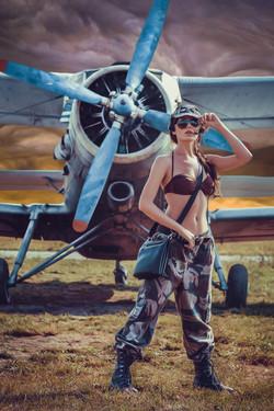 девушка в милитари одежде на фоне самолета