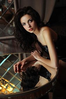 девушка в отражении стеклянного стола